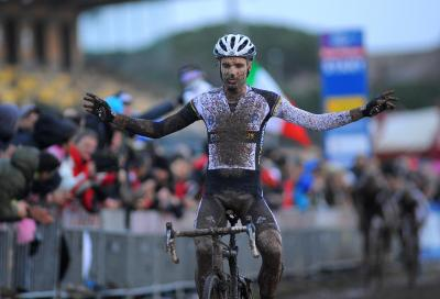 Niels Albert trionfa nel fango della Capitale