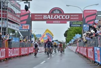 In Giro: tappa di pioggia e di cadute a Jesolo