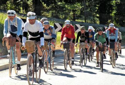 Le bici d'epoca sfilano a Milano