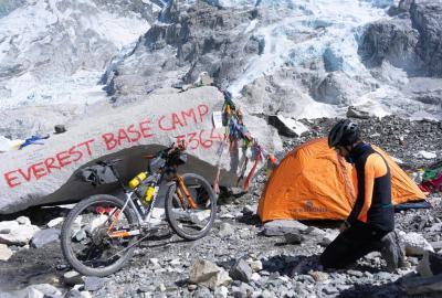 Omar di Felice e la sua bicicletta sulle cime dell'Himalaya