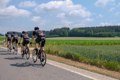Ciclisti, controlli e sanzioni per chi pedala in gruppo
