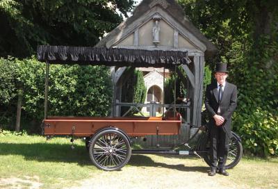 Il funerale col ciclo-carro funebre