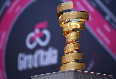 Il Trofeo Senza Fine del Giro d'Italia esposto a Milano per i ciclisti