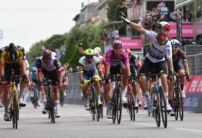Il Giro d'Italia si tinge ancora di azzurro al traguardo: a Verona vince Giacomo Nizzolo