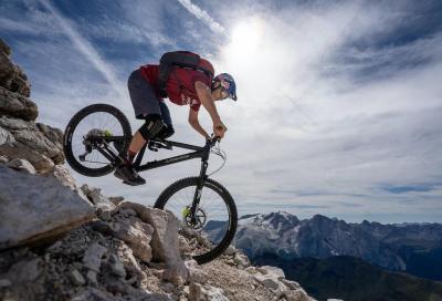 Video: Tom Oehler in mtb sulle vette delle Dolomiti, tra ferrate e sentieri a strapiombo