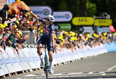 Tour de France: quel dito alzato di Van der Poel e i due omaggi opposti ai nonni, tra commozione e indignazione