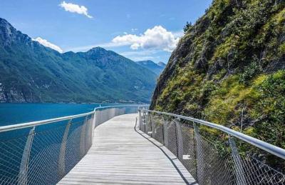 In bicicletta intorno al lago di Garda. Ora c'è il progetto per la ciclovia