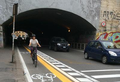 Roma più amica dei ciclisti. Cambia via Nazionale e arrivano i totem conta bici
