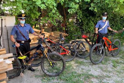 Cinque costose biciclette recuperate dai carabinieri grazie al gps nascosto sotto la sella
