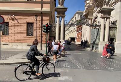 Niente auto blu, l'ambasciatrice vaticana si sposta in bicicletta