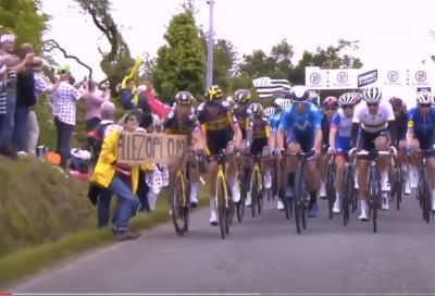 Causò la maxi caduta al Tour con un cartello, inizia il processo contro la tifosa: chiesto un euro di risarcimento