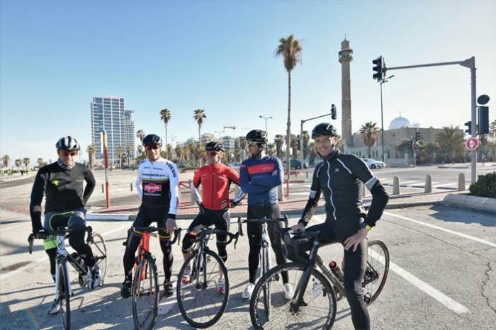 Da sinistra: Andrea Tafi, Maurizio Fondriest, Gilberto Simoni, Paolo Savoldelli, Alessandro Ballan. Crediti a Roy Kapach, Panda creative